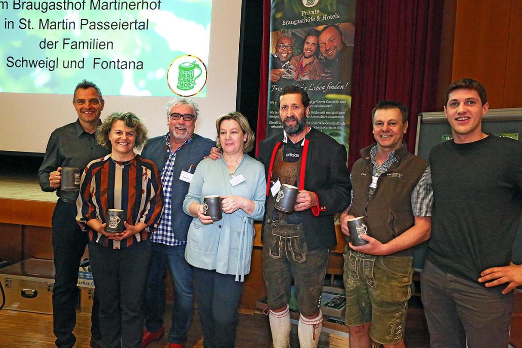 Auch der Passeier Tourismuspräsident Ullrich Königsrainer (links) und Bürgermeisterin Dr. Rosmarie Pamer (rechts daneben) statteten der Jahrestagung, geleitet von Geschäftsführer Christof Pilarzyk und ausgerichtet von Familie Fontana/Schweigl, einen Besuch ab.