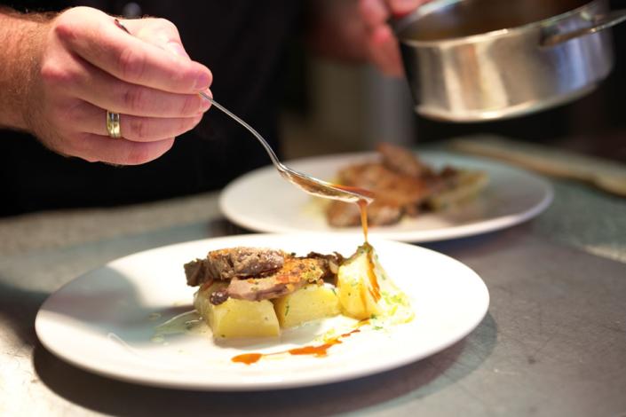 Die leckere Soße rundet sowohl Geschmack wie auch den Anblick des Gerichts ab.