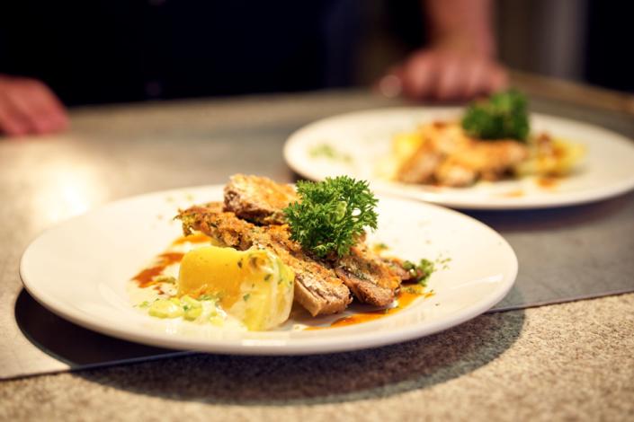 Gekochtes Rindfleisch in der Senf-Bierkruste mit Kartoffelgemüse, ein Geheimtipp von Bernhard Sitter jun., dem Chefkoch des Gutes Riedelsbach