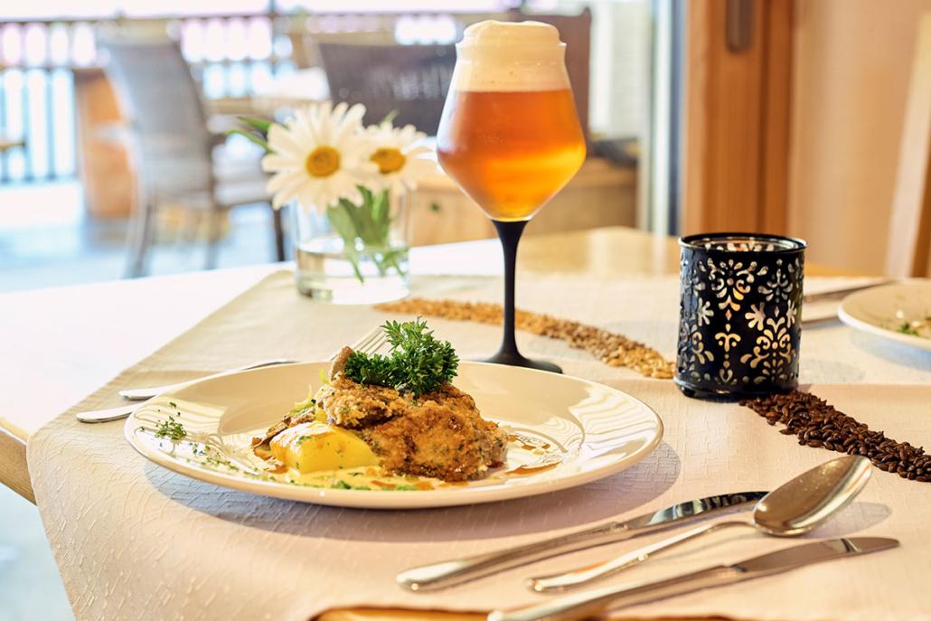 Perfekt wird das gekochte Rindfleisch in der Senf-Bierkruste mit Kartoffelgemüse mit einem feinen, handwerklich gebrauten Bier.