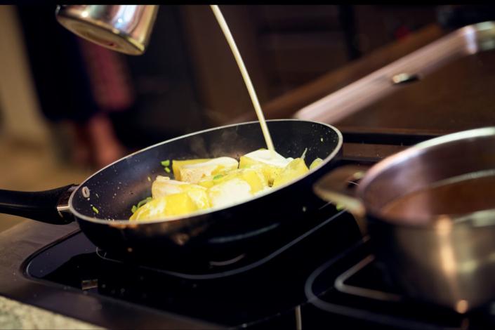 Für das Gemüse Kohlrabi und Karotten in Salzwasser gar kochen, abgießen, dann mit den gekochten Kartoffeln, geschnittenen Lauch und etwas Sahne kurz weiter schmoren